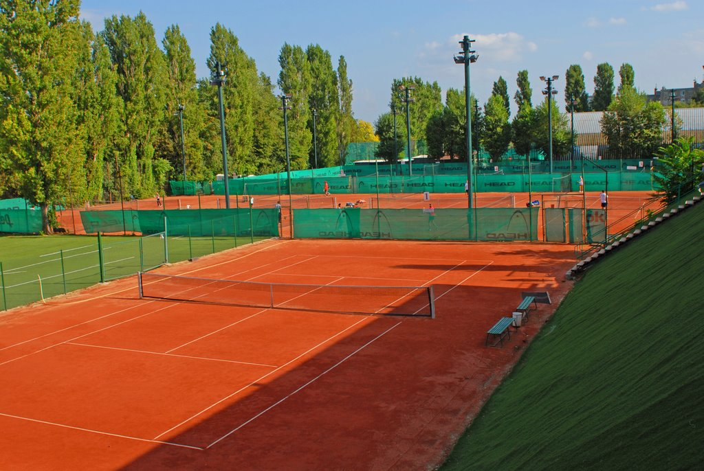 outdoor tennis courts Folyondár